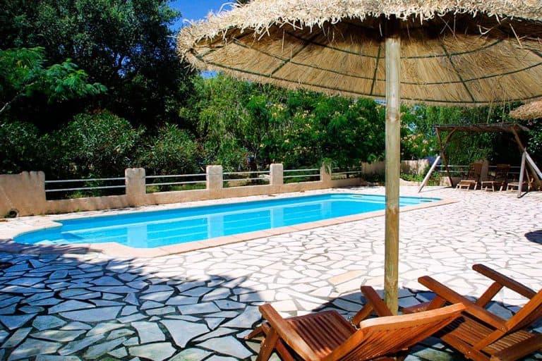 Camping Via Romana Corsica zwembad met ligstoelen 768x512