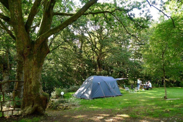 Camping De Pont Calleck in een bos Bretagne 768x512
