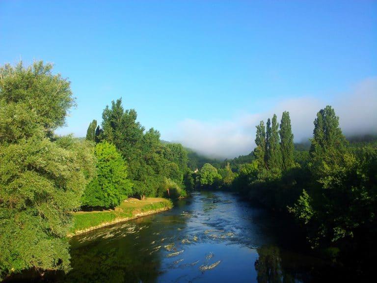 Camping Le Vezere Perigord Dordogne aan rivier 768x576