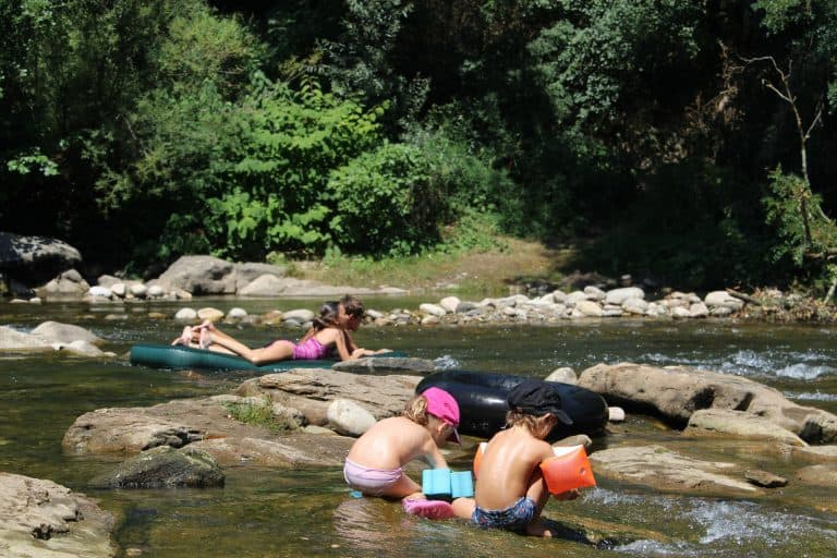 Camping Lou Rouchetou Ardeche spelen in de rivier 768x512